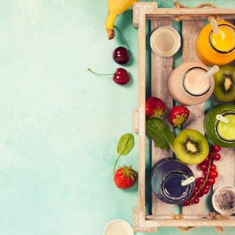 Frische säfte oder smoothies mit obst und gemüse in holz t