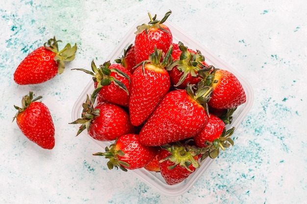 Frische saftige erdbeeren auf licht