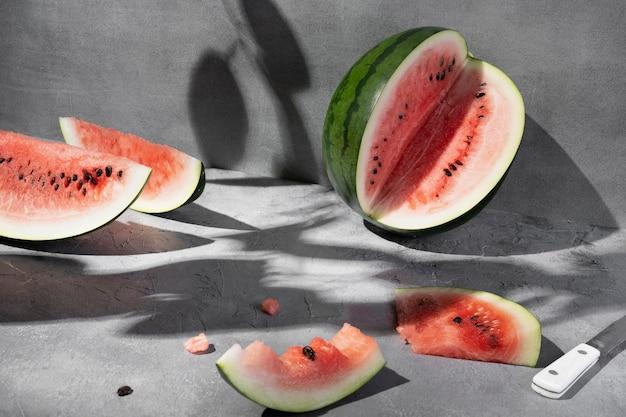 Frische saftige geschnittene wassermelone auf grauem hintergrund