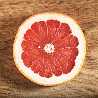 Frische saftige grapefruitscheiben auf holz