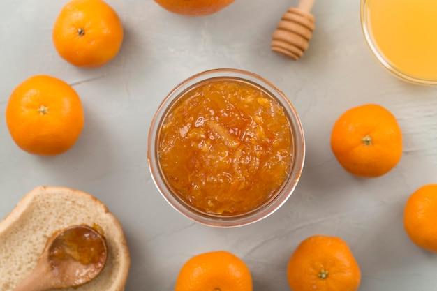 Frische saftige hausgemachte mandarinenmarmelade