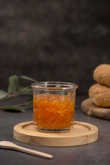 Frische saftige hausgemachte orangenmarmelade vorderansicht