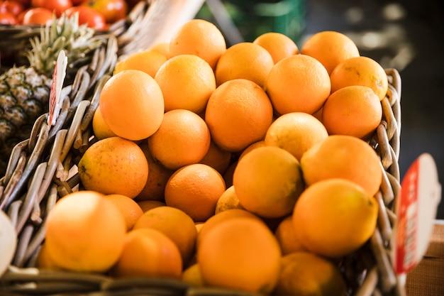 Frische saftige japanische orangen im korb am markt