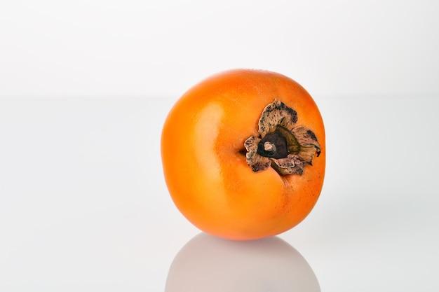 Frische saftige kakifrucht lokalisiert auf dem weißen hintergrund.