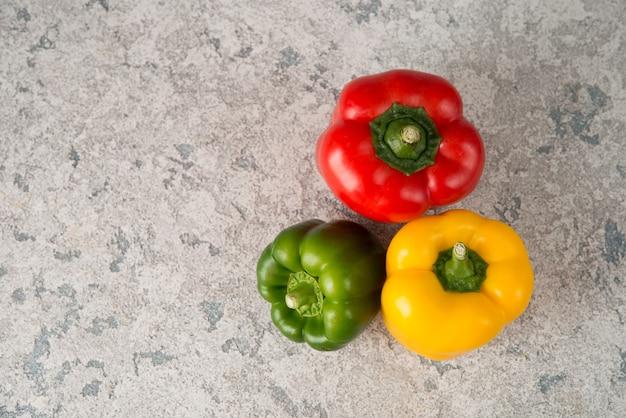Frische saftige paprika auf einer grauen draufsicht