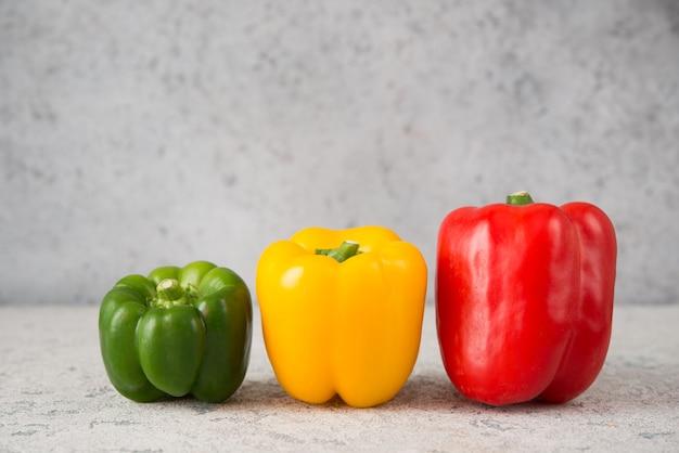 Frische saftige paprika auf einer grauen nahaufnahme