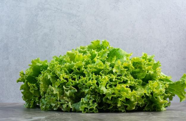 Frische salatblätter auf weißem hintergrund