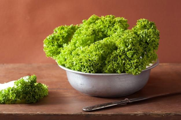 Frische salatblätter in der schüssel