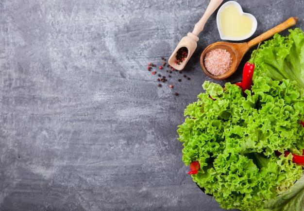 Frische salatgrünsalate mit gewürzen und frischgemüse