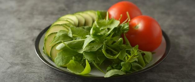 Frische salatmischung, tomaten und zucchini. banner.