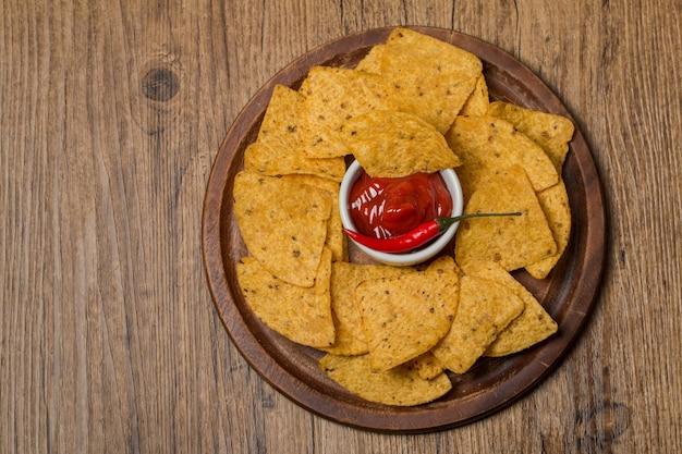 Frische salsa-dips mit nachos-chips