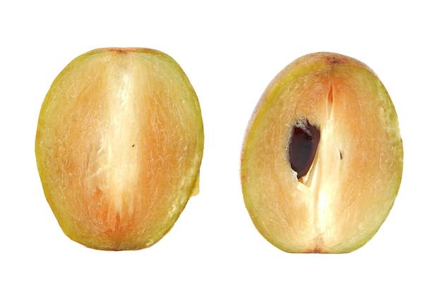Frische sapodilla-pflaume mit schnitt auf weiß