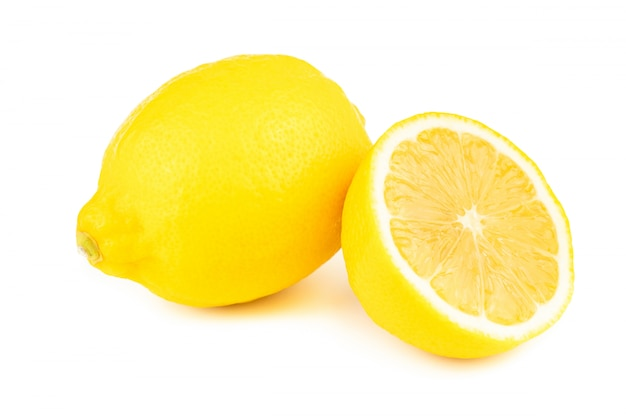 Frische scheibenzitrone mit vitamin c vom natürlichen lokalisiert auf weißem hintergrund