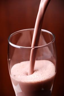 Frische schokoladenmilch, die heraus gebohrt wird