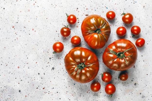 Frische schwarze brandywine bio-tomaten.