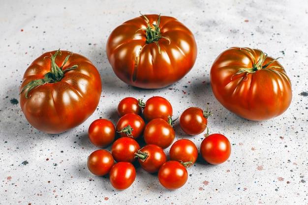 Frische schwarze weinbrand-bio-tomaten.