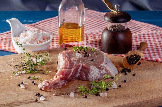 Frische schweinekotelettrippen, die steak kochen