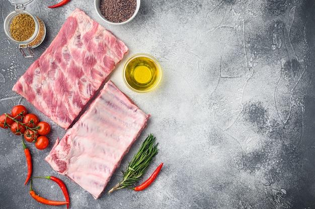 Frische schweinerippchen mit rosmarinset, mit honig, auf grauem tisch, draufsicht flach legen
