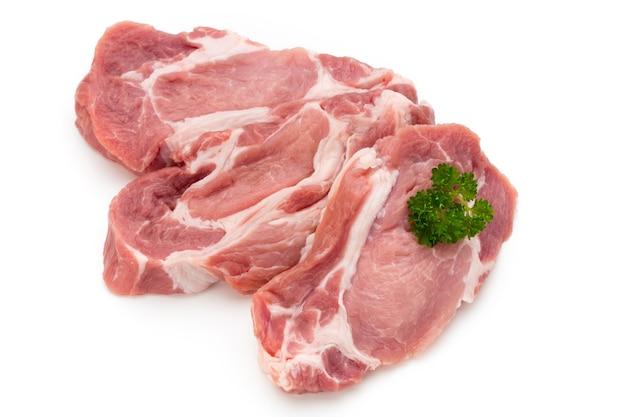 Frische schweineschweinscheiben lokalisiert auf dem weißen hintergrund.