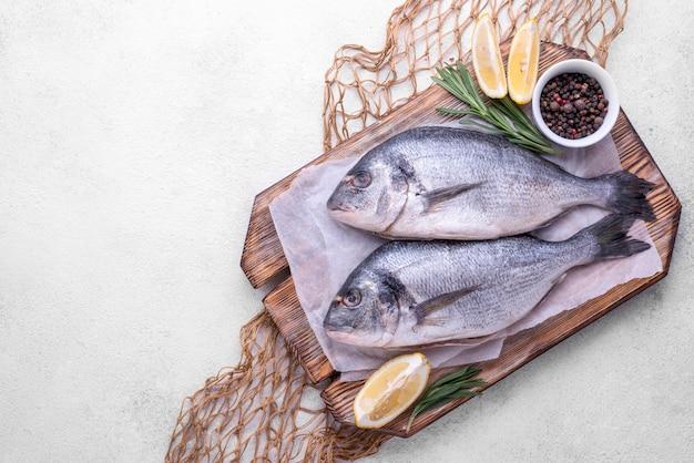 Frische seebrassenfischgewürze und zitrone