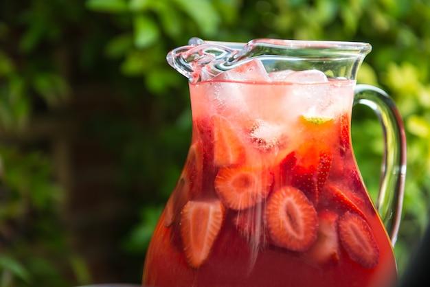 Frische selbst gemachte erdbeer- und himbeerlimonade