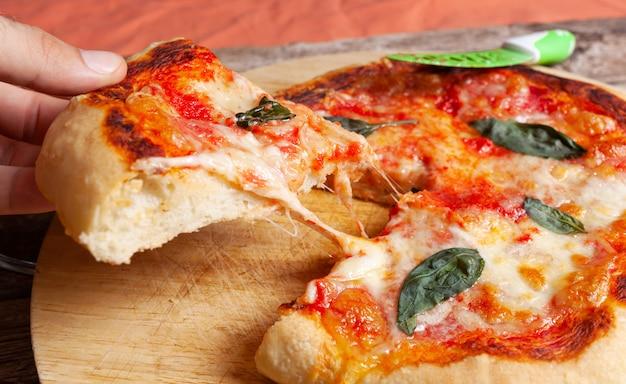 Frische selbst gemachte italienische pizza margherita mit basilikum
