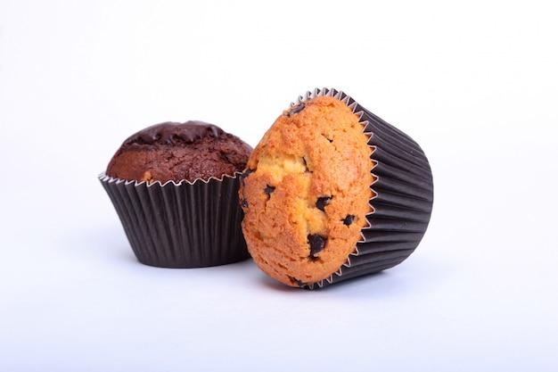 Frische selbst gemachte muffins getrennt auf weiß. ansicht von oben.