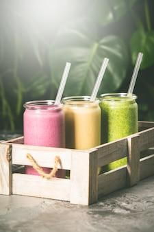 Frische smoothies auf tropischer szene, nahaufnahme