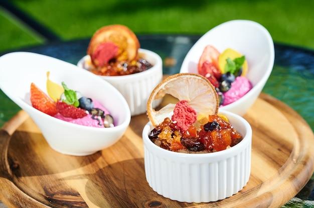 Frische snacks mit erdbeeren, blaubeeren, eis und minze