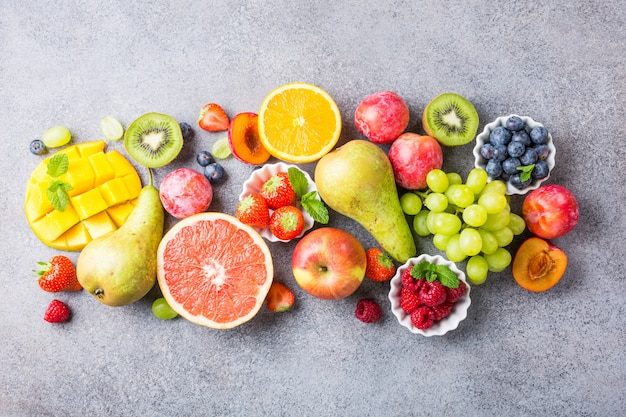 Frische sortierte früchte und beeren