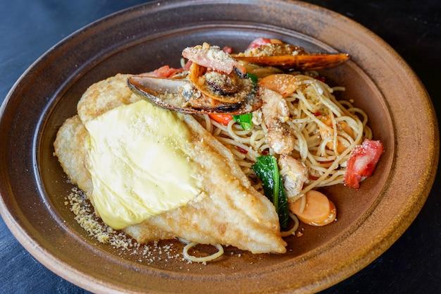 Frische spaghettiteigwaren der spaghettis carbonara platte mit meeresfrüchtefischmiesmuschelspeck