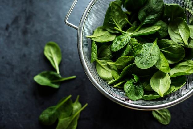 Frische spinatblätter auf einer schüssel