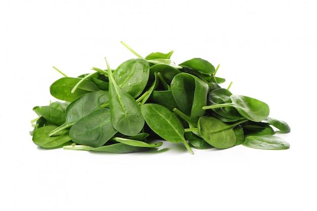 Frische spinatblätter isoliert
