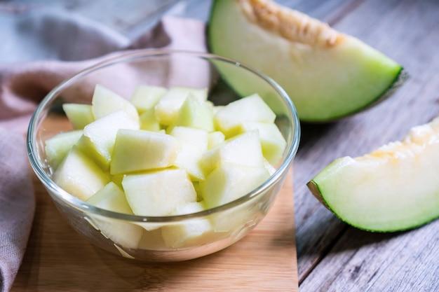 Frische süße grüne melone auf holztisch