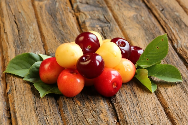 Frische süße kirschen auf alter hölzerner retro- weinlese
