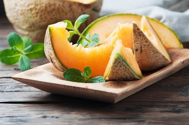 Frische süße orangenmelone auf dem holztisch