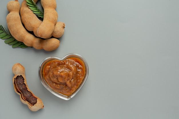 Frische süße reife tamarinde auf grauer oberfläche