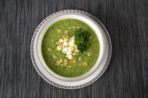 Frische suppe mit den grünen erbsen.
