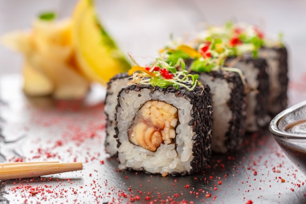 Frische sushi auf rustikalem holztisch