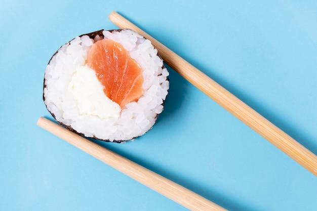 Frische sushi-reisrolle der nahaufnahme