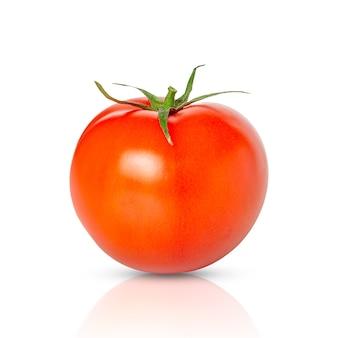 Frische tomate mit schatten lokalisiert auf weiß.