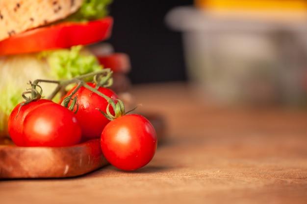 Frische tomate mit selbst gemachtem hamburger in der küche