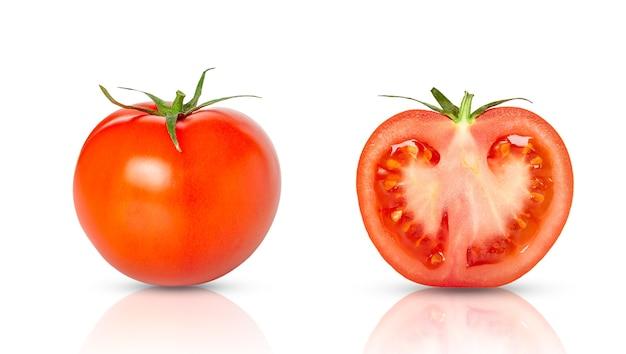 Frische tomate und tomatenscheibe mit schatten lokalisiert auf weiß.