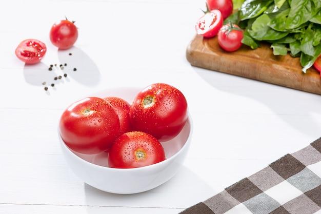 Frische tomaten auf schüssel