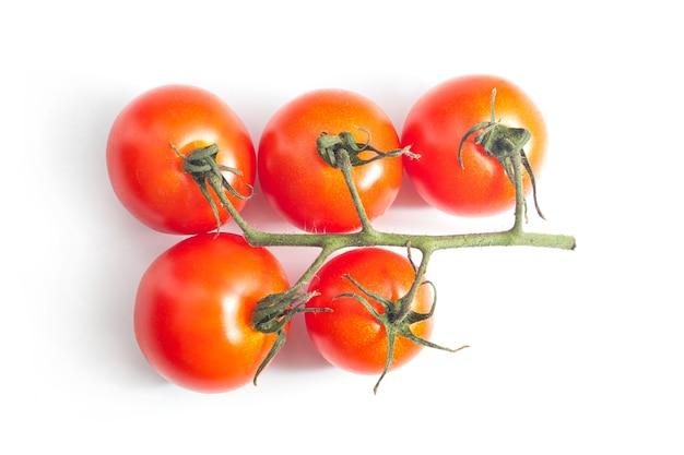 Frische tomaten auf weißer oberfläche.