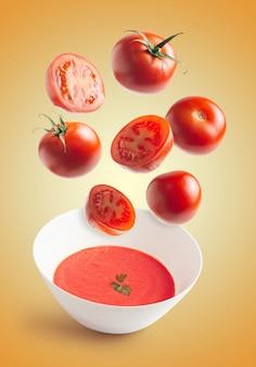Frische tomaten fliegen, hausgemachte tomatencremeschale
