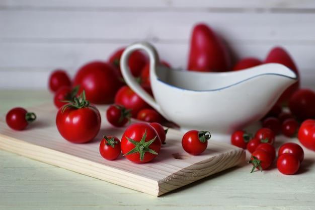 Frische tomaten für ketchup auf holzuntergrund