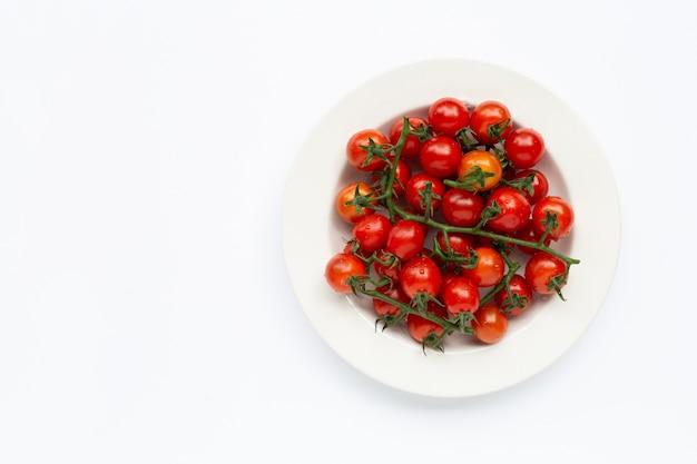 Frische tomaten, ganz und halb geschnitten isoliert. draufsicht