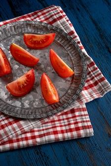 Frische tomaten im rustikalen stil auf einem blauen hölzernen hintergrund