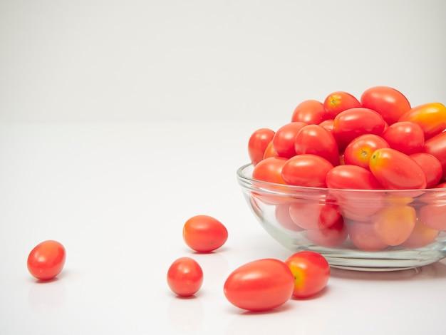 Frische tomaten in einer glasschüssel